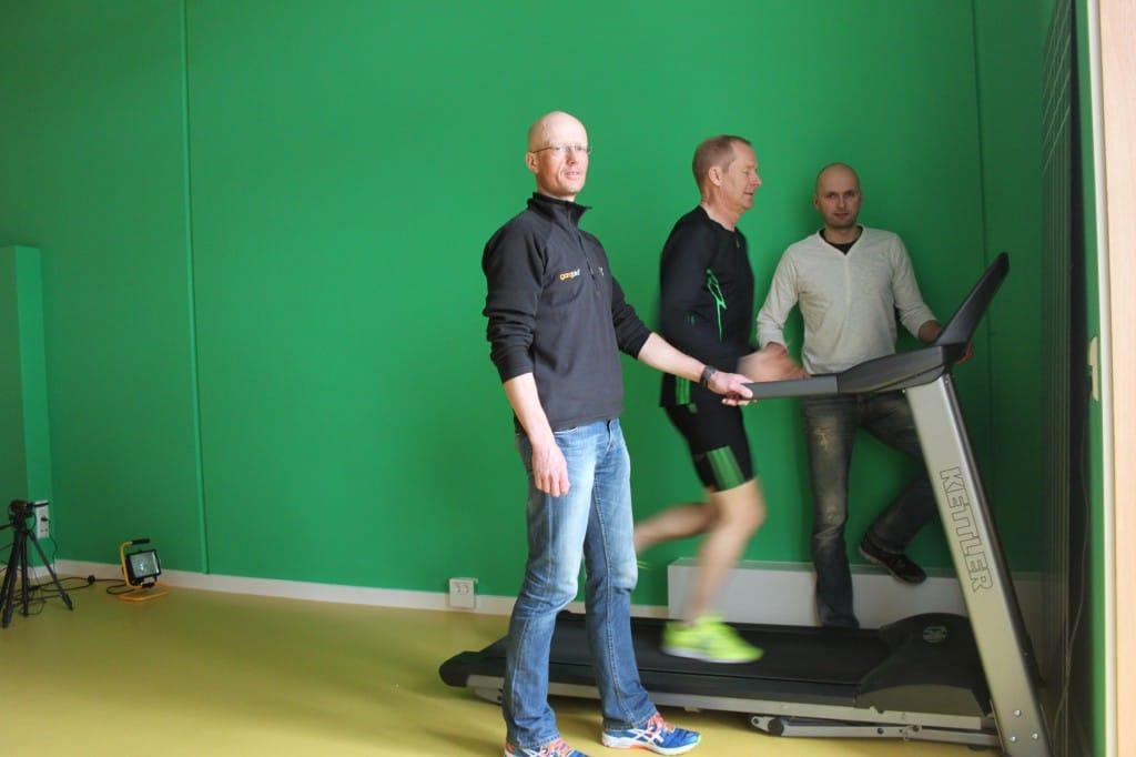 Nils Schumann macht sich ein Bild von der Ganganalyse in der ARCUS Sportklinik