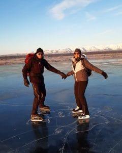 Herr Jeschke zusammen mit seiner Frau auf dem Eis, während seinem Winter-Urlaub in Alaska.