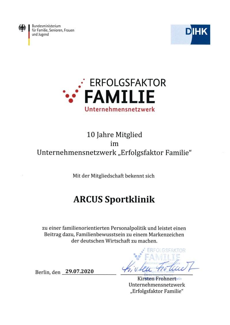 Urkunde für die zehnjährige Mitgliedschaft der ARCUS bei Erfolgsfaktor Familie